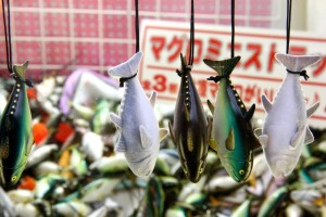 Tuna keychains are prizes in Tokyo's version of the claw crane game; fresh or flash-frozen varieties available (© Laurenne Schiller )